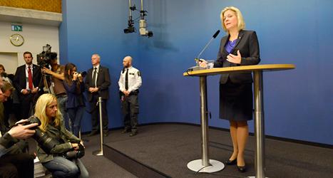 Finansminister Magdalena Andersson berättar om budgeten. Hon säger att staten har ont om pengar. Foto: Janerik Henriksson /TT