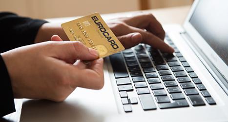 Allt fler köper saker på internet. Foto: TT.