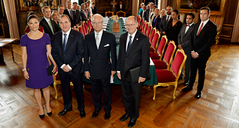 Kronprinsessan Victoria, statsminister Stefan Löfven, kung Carl Gustaf och talman Urban Ahlin står framför den nya regeringen. Foto: TT