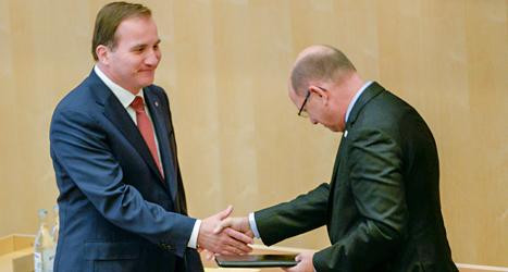 Stefan Löfven får ett papper av riksdagens talman. På pappret står det att Löfven ska bli statsminister. Foto: TT