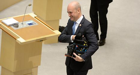 Fredrik Reinfeldt fick verktyg i present av Kristdemokraterna. Foto: TT