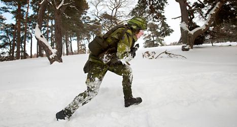 Förut lärde sig alla unga män att bli soldater. Regeringens försvarsminister vill att det ska bli så igen. Foto: TT