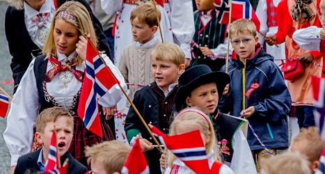Norska barn firar nationaldagen den 17 maj. Foto: Stian Lysberg Solum/NTB/TT.