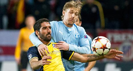 Malmö FFs Emil Forsberg i kamp om bollen mot en av Atléticos spelare. Foto: Göran Barkfors/TT.