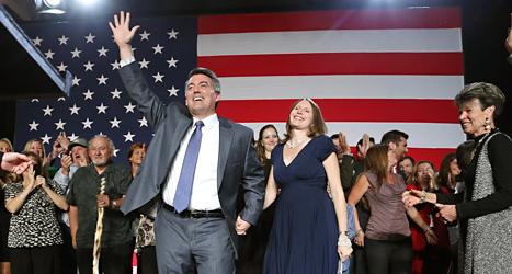 Politikern Cory Gardner i partiet Republikanerna jublar över valsegern i USA. Foto: Brennan Linsley/TT