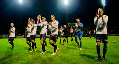 Gelfles spelare tackar publiken efter matchen. Foto: Adam Ihse/TT