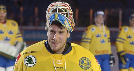 Sveriges målvakt Henrik Karlsson släppte inte in ett enda mål i matchen mot Finland. Foto: Markku Ulander/TT.