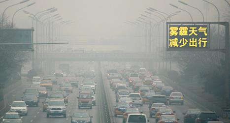Luften i Kina är dålig. Det beror på att bilar och fabriker släpper ut mycket koldioxid. Foto: Ng Han Guan/TT.