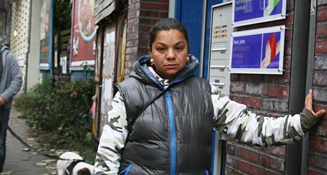 Mercella Lupu från Rumänien tigger pengar i staden Hamburg i Tyskland. Toto: Hanna Scherwinsky/TT.