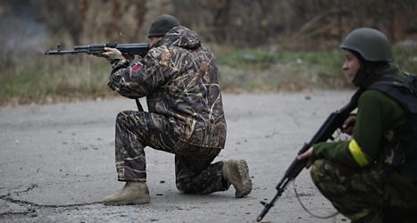 Ukrainska soldater skjuter mot rebeller nära staden Donetsk i östra Ukraina. Foto: Maxim Vetrov/TT.