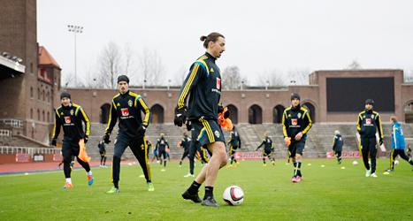 Zlatan och de andra i laget tränar inför matchen mot Montenegro. Foto: Jessica Gow/TT