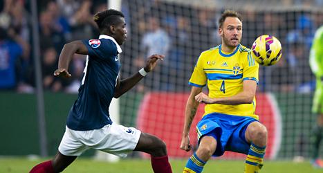 Andreas Granqvist i kamp om bollen i matchen mot Frankrike. Foto: Jonas Ekströmer/TT.