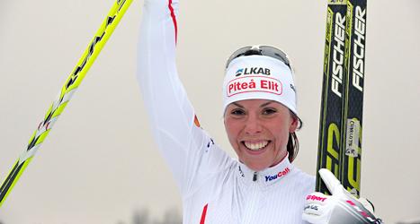 Charlotte Kalla krossade motståndarna i vinterns första tävling. Hon var 37 sekunder före tvåan i mål. Foto. Nisse Schmidt/TT.