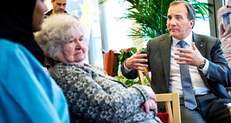 Stefan Löfven besöker ett äldreboende och pratar om vården. Foto: TT