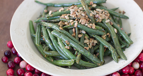 Gröna bönor på en tallrik.