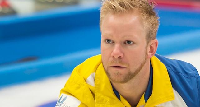 En man spelar curling