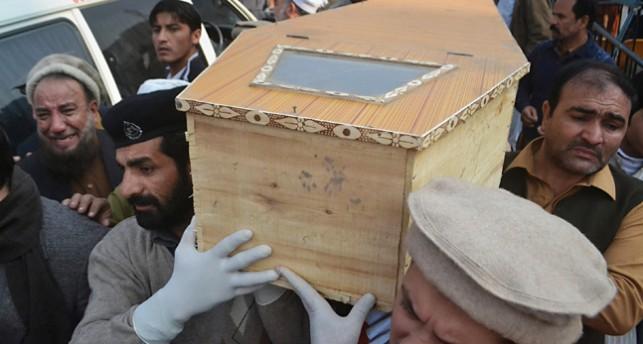 Människor bär bort ett av de döda barnen i en kista