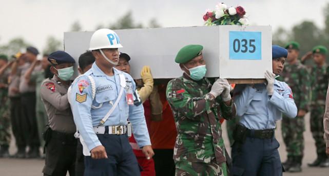 Militärer bär en kista.