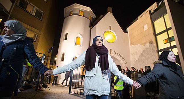 TOPP Muslimer slÂr ring runt synagoga