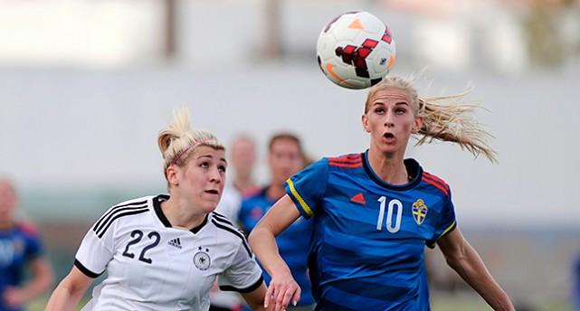 Tysklands spelare Luisa Wensing och Sveriges Sofia Jakobsson tävlar om bollen.