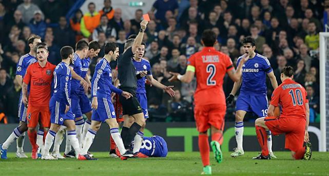 Domaren visar det röda kortet och visar ut Zlatan i matchen mot Chelsea