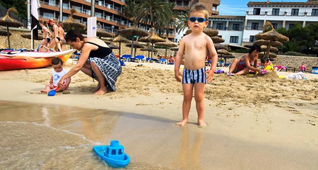 Barn på badstrand.