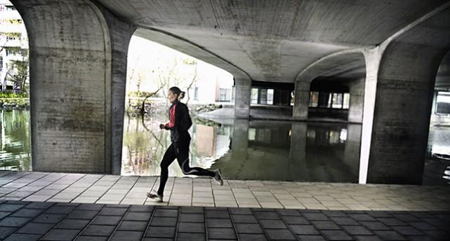 En kvinna jogga