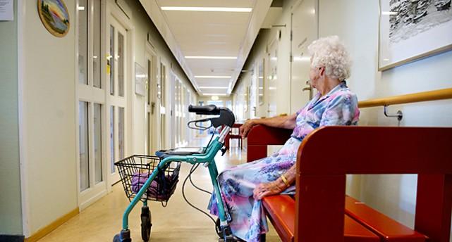 En kvinna på ett hem för gamla.