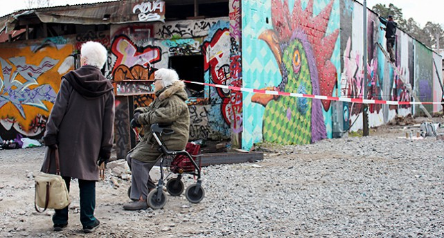 Två tanter tittar på graffiti i industriområdet Snösätra