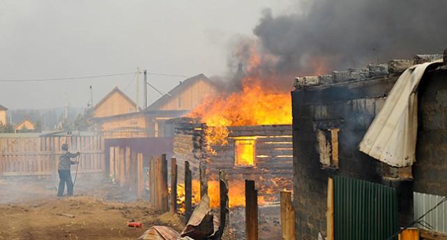 Ett hus brinner i Sibirien
