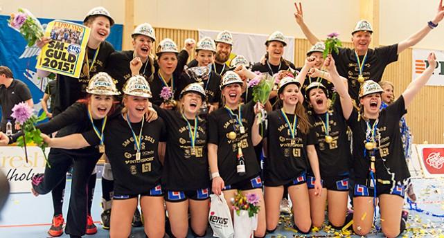 Tjejerna i Engelholm firar SM-guldet i volleyboll