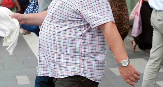 En man med rund mage.