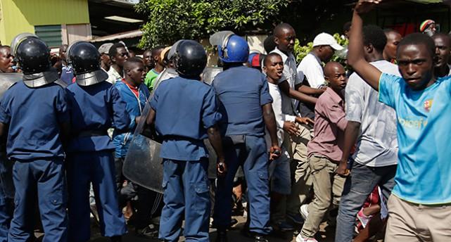 Poliser vaktar demonstranter