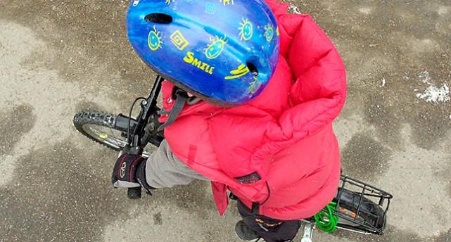 Ett barn på cykel