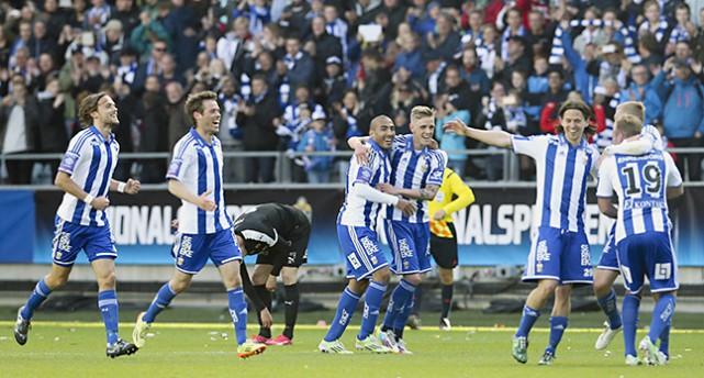 IFK Göteborgs spelare jublar över mål i cupfinalen.