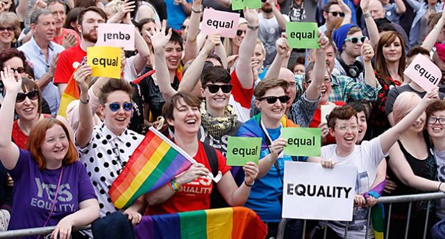 Människor firar att folket röstade ja.