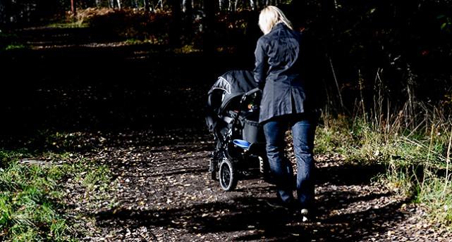 Mamma med barnvagn.