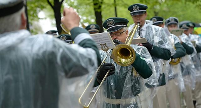 Män spelar musik i regn.