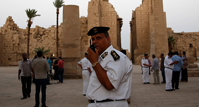 En polis framför templet