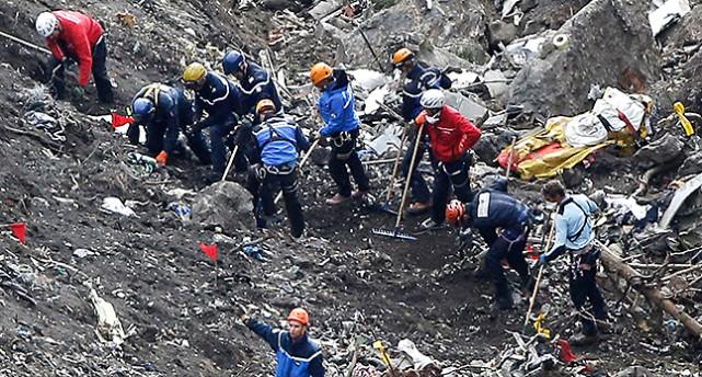 Räddningsarbetar på plats efter olyckan i Alperna.