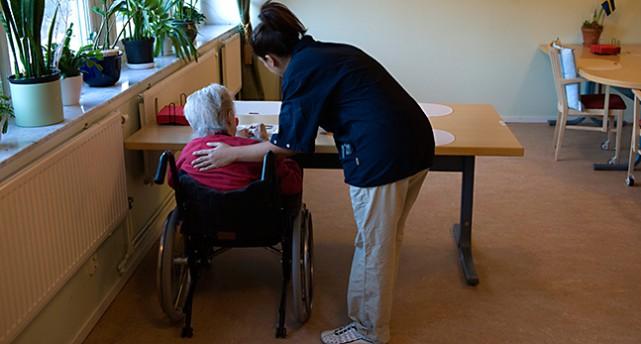 En kvinna jobbar med äldrevård.
