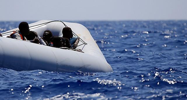 Flyktingar i en båt på Medelhavet