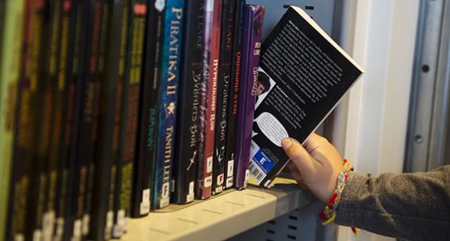 Barn lånar böcker