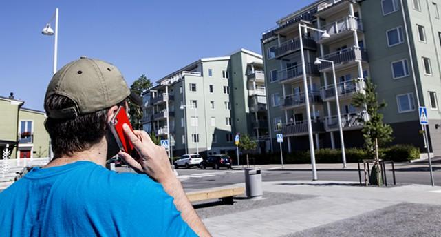En man pratar i telefon.