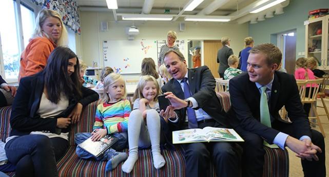 Ministrar läser för barn i en skola