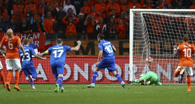 Island gör mål mot Holland.