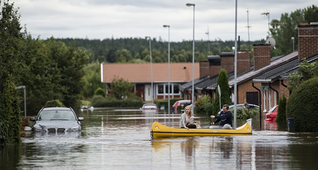 En kanot på en översvämmad gata i Hallsberg
