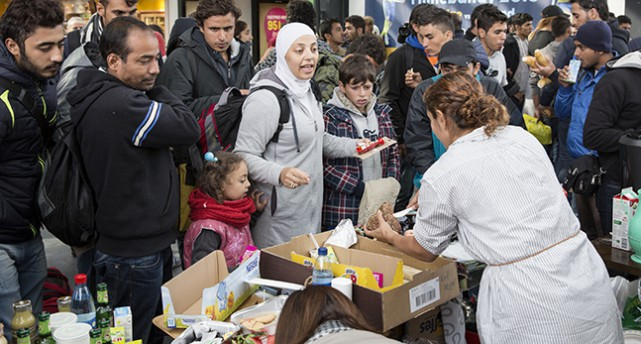 Flyktingar får mat och dricka på Malmö Central.