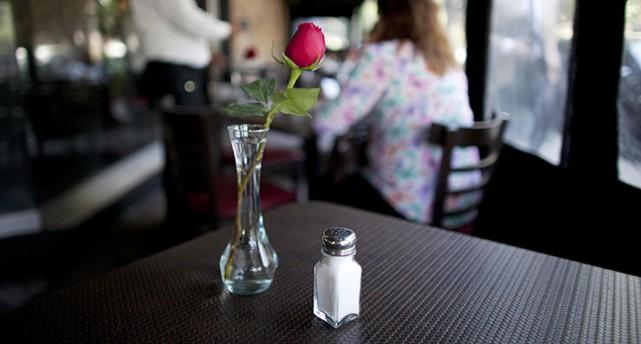 Saltströare på ett restaurangbord.