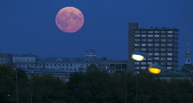 En röd måne.